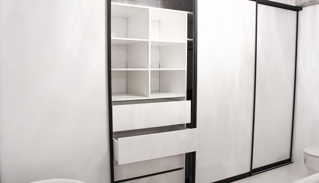 Iebūvēts skapis industriāla stila vannas istabā | Albero Mēbeles