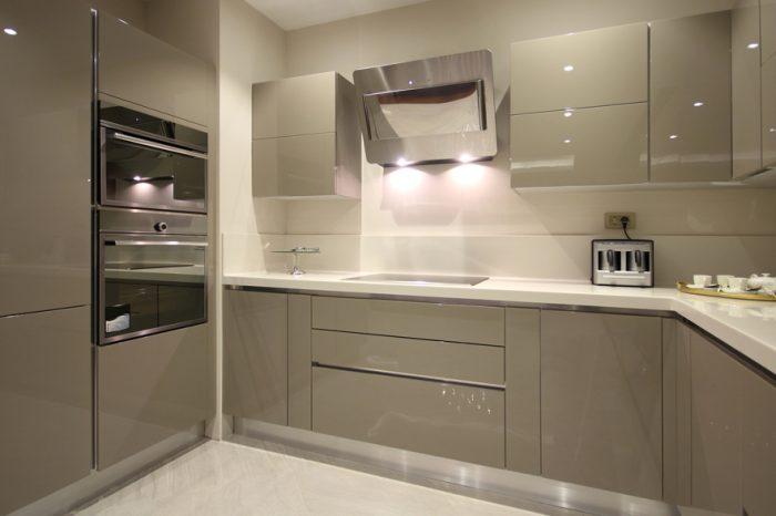 Virtuves mēbeles ar pulētām un krāsotām MDF fasādēm