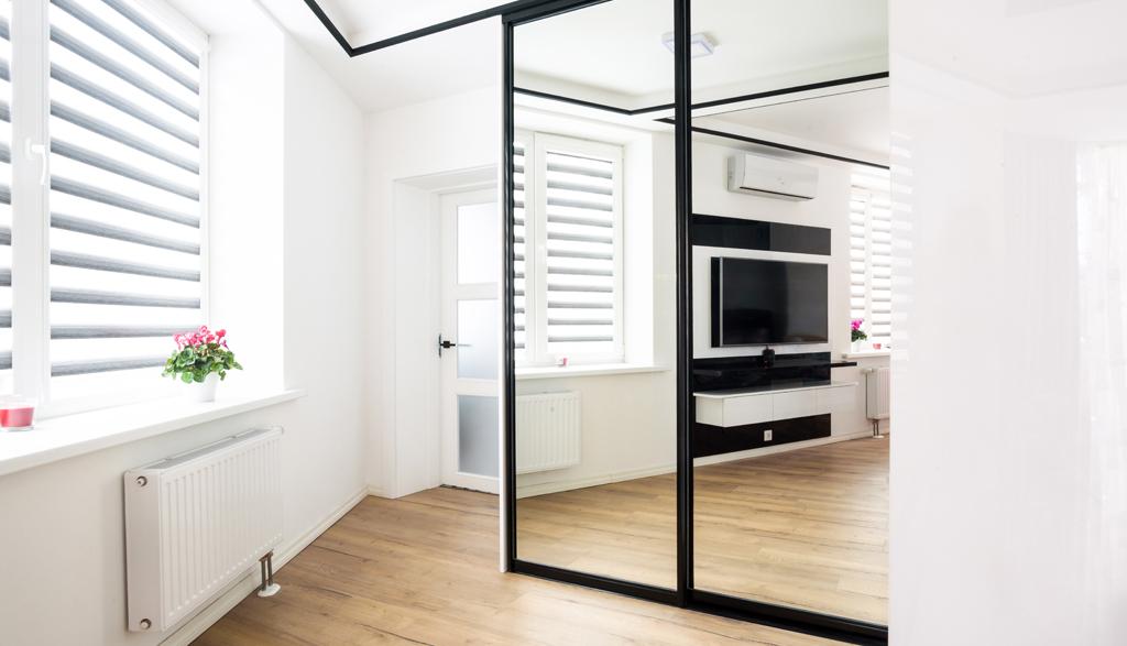 Iebūvējamais skapis guļamistabā ar spoguli