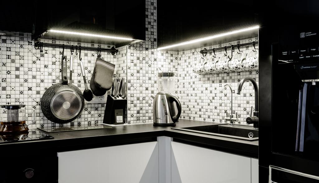 Melnbaltā koncepta virtuves iekārta, Baltozoli | Albero Mēbeles
