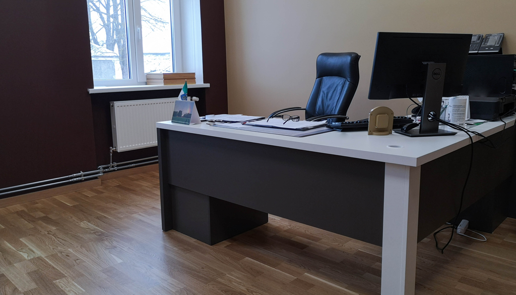 Biroja galds pašvaldības ēkā | Albero Mēbeles