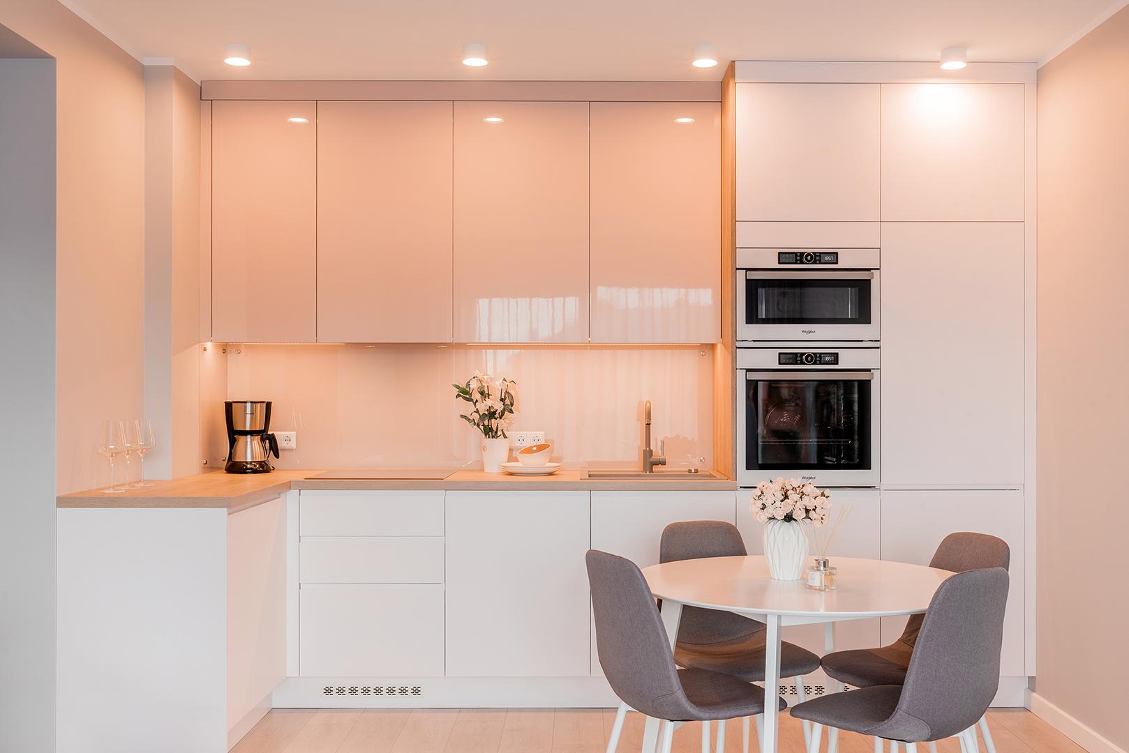 Krāsotas fasādes virtuvē | Alberomebeles.lv